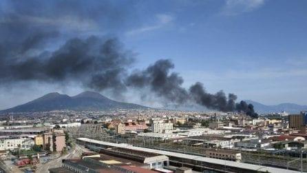Napoli, incendio a Gianturco: in fiamme copertoni e pezzi d'auto