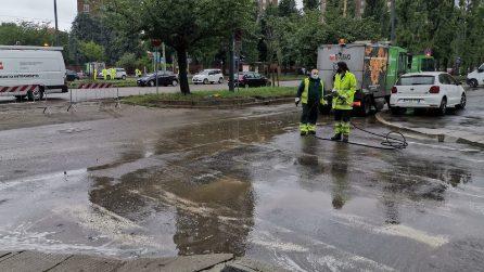 Temporale si abbatte su Milano: strade e cantine allagate, metro chiuse e alberi sradicati