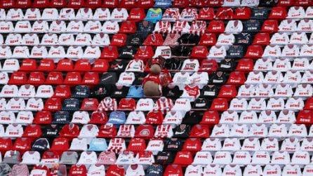 Magliette e sciarpe sulle tribune del Colonia, è il calcio senza tifosi in pieno Covid-19