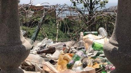 Via Aniello Falcone, i giardini Nino Taranto invasi dai rifiuti della movida