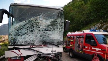 Trento, drammatico frontale furgone-autobus: un morto e 3 feriti