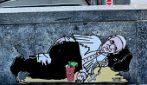 Papa Francesco clochard e la Madonna chiede la carità: a Milano la street art denuncia la povertà