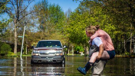 Usa, crolla una diga dopo le forti piogge: strade completamente allagate