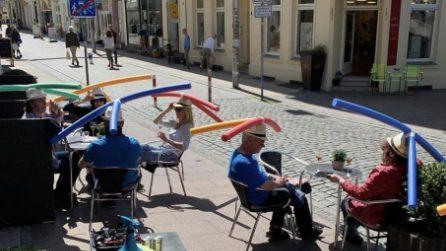 Cappelli con cilindri per il distanziamento sociale: l'idea di un bar in Germania