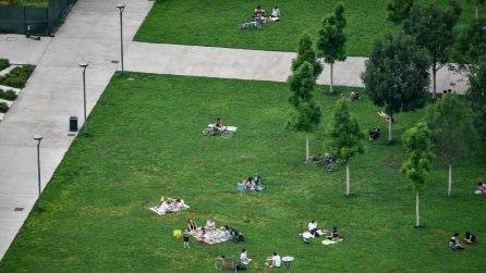 Milano, relax al parco nel rispetto delle distanze sociali