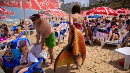 Israele, gente in spiaggia per l'inizio della stagione balneare
