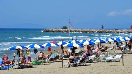 Spiagge affollate nella prima domenica di riapertura: le immagini dalla Maremma