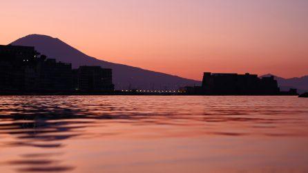 Napoli, l'alba è uno spettacolo: i colori sfumati del Golfo