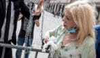 Sandra Milo incatenata per proteste di fronte Palazzo Chigi, il premier Conte la fa entrare