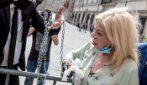 Sandra Milo incatenata fuori da Palazzo Chigi