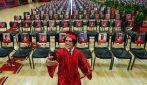 Si laurea con le foto dei suoi compagni alle spalle: il selfie per festeggiare
