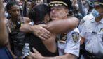 L'abbraccio con i manifestanti: anche i poliziotti vicini a chi scende in strada e protesta