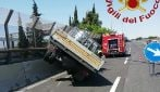 Roma, furgone che trasporta bombole di ossigeno e azoto finisce contro il guardrail