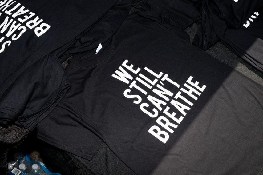 Le t-shirt dedicate a George Floyd, simbolo della protesta