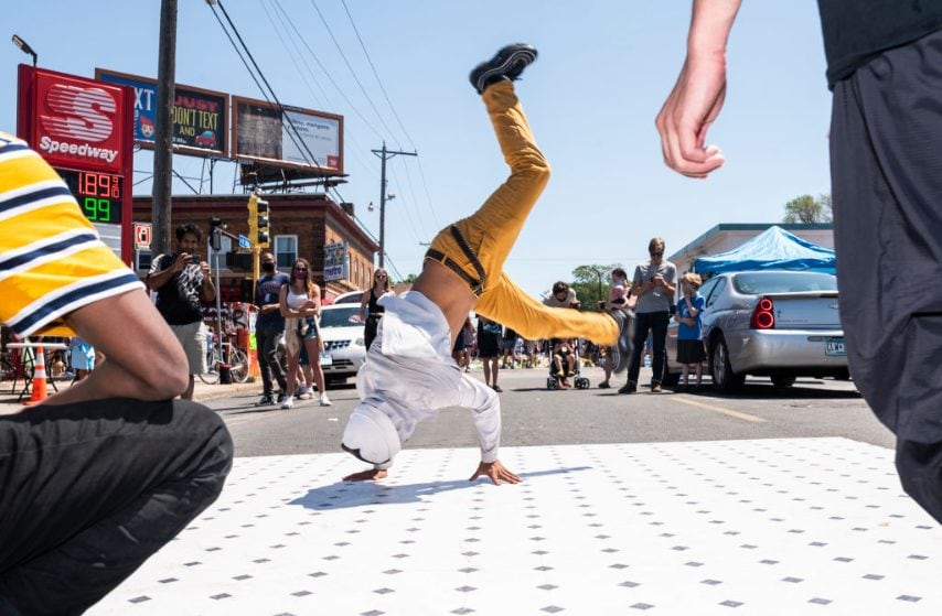 Minneapolis, Minnesota, Usa. Un gruppo di artisti di breakdance al memoriale di George Floyd