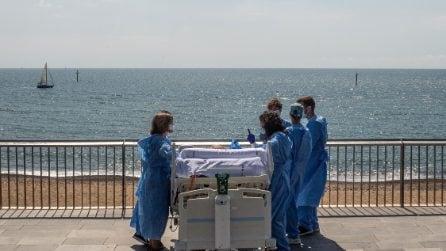 Portano il paziente ricoverato di Covid in riva al mare: il gesto degli infermieri