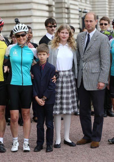 Il principe Edoardo, insieme alla contessa di Wessex Sophie e ai figli, Louise e James.