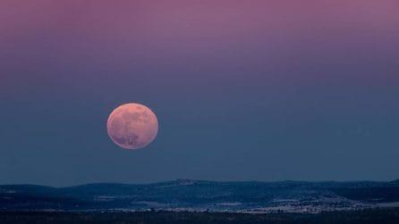 """Lo spettacolo della """"Luna Fragola"""": l'eclissi penombrale che ha incantato chi ha potuto vederla"""