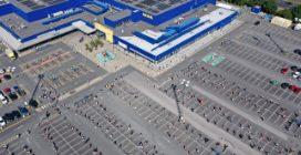 Ikea, la fila ordinata dei clienti: qui si rispetta il distanziamento sociale