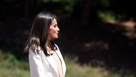 Letizia di Spagna, la regina torna a sorridere e sfoggia un look primaverile e low cost