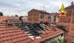 Milano, fulmine provoca un incendio: in fiamme il tetto di un palazzo