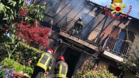 Incendio distrugge una villetta a Casterno: intervengono cinque mezzi dei vigili del fuoco