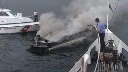 Fiamme a bordo: si salvano gettandosi in acqua