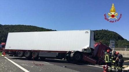 Mezzo pesante in bilico in A12, camionista salvato dai pompieri