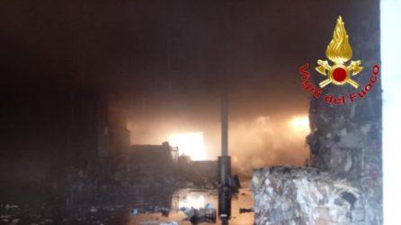 Incendio devasta capannone di stoccaggio rifiuti a Vignate: si teme tossicità dei fumi