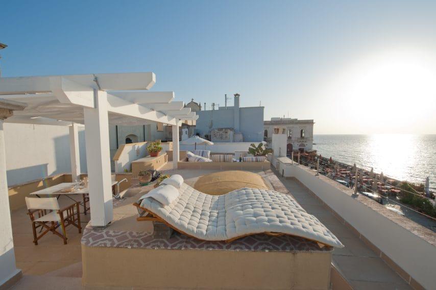 Questo appartamento sorge nella Gallipoli Vecchia, sopra la spiaggia della Puritate. Con 2 camere da letto può accogliere fino a 6 ospiti ed è disponibile a partire da 275 euro a notte.
