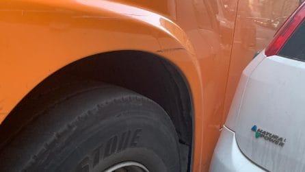 Napoli, auto parcheggiate in sosta vietata, il bus si incastra