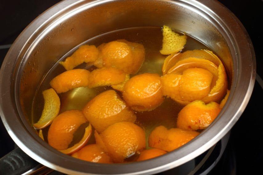 Inserite le scorze di arancia in una pentola con dell'acqua e portate a ebollizione.