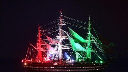 Genova, la Amerigo Vespucci illuminata con i colori della bandiera italiana