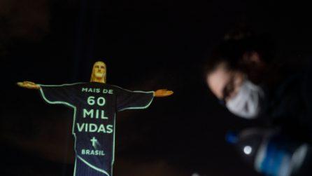 Coronavirus, Brasile supera i 60 mila morti: la statua del Cristo Redentore in omaggio alle vittime