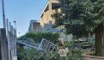 Tempesta violentissima vicino Como, alberi spezzati e cancellate piegate