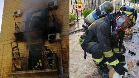 Casa in fiamme, vigili del fuoco salvano due ragazzini e il loro gattino