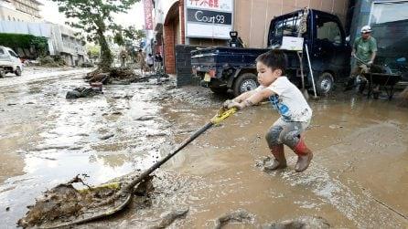 Alluvione in Giappone: anche i più piccoli aiutano per spalare il fango