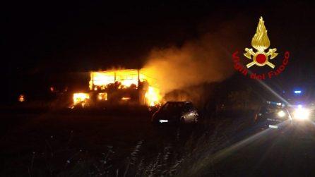 incendio in un capannone a Montecalvo Irpino: fiamme alte e densa colonna di fumo nero