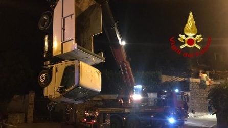 Camion dei rifiuti si sfrena e finisce nel torrente dopo aver sfondato un muro