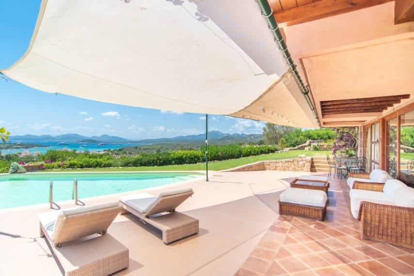 Nella pittoresca cornice della Costa Smeralda si erge questa villa indipendente con doppia vista mare mozzafiato su Cala di Volpe e Pevero Golf Club.