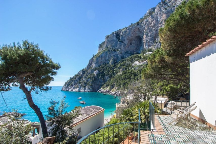 Villa indipendente affacciata sulla Marina Piccola di Capri, con vista panoramica e accesso privato in spiaggia.