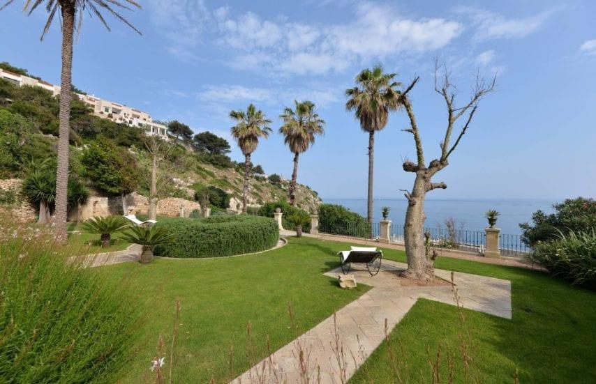 Esclusiva proprietà ristrutturata nel colorato Salento, a Castro, con vista mare e giardino privato.