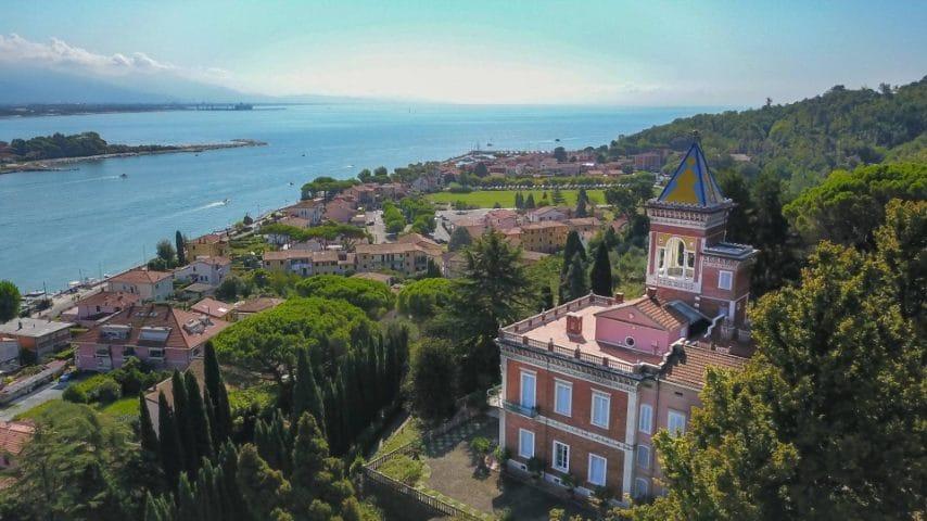 Villa dell'Angelo, dimora storica affascinante e dalle caratteristiche architettoniche esclusive che sorge tra Liguria e Toscana, al riparo delle Alpi Apuane, all'imbocco del celebre Golfo dei Poeti.
