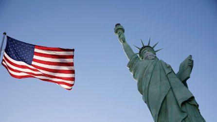 Anche la replica della Statua della Libertà indossa la mascherina