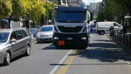 Sosta selvaggia in via Epomeo, i bus non riescono a passare e rischiano lo scontro