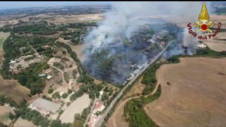 Incendio a Castel di Guido, impegnate 16 squadre di pompieri