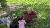 Il vicino la chiama e la piccola si avvicina alla recinzione: in quel momento la madre scatta delle foto