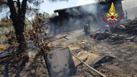 Vasto incendio a Uta distrugge case e auto: animali morti tra le fiamme e famiglie evacuate