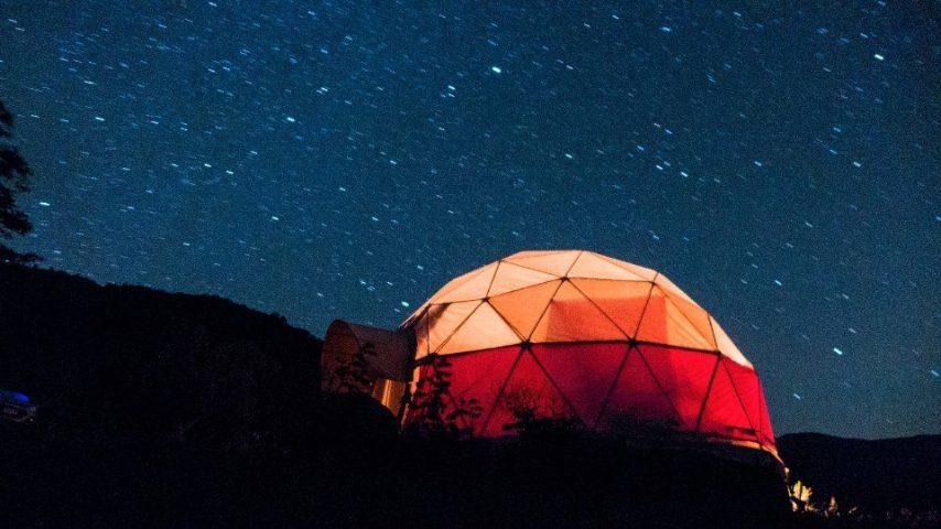 Non tutti sanno che i cieli più trasparenti del mondo si trovano in Cile. Per un'esperienza indimenticabile a tu per tu con gli astri provate questa cupola completamente isolata, adatta ai più avventurosi.