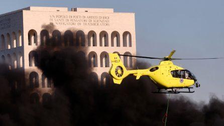 Roma, violento incendio tra i quartieri dell'Eur e della Magliana